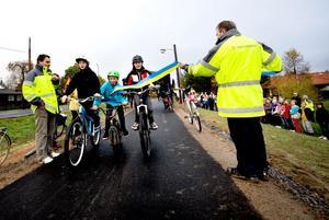 För en cyklande invigning av nya gång- och cykelvägen svarade på onsdagsmorgonen vännerna (från vänster) Anton Johansson, Rasmus Jonsson och Hannes Andersson, elever i Ornäs skola.