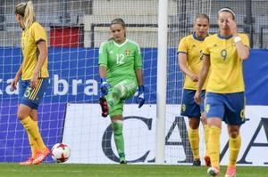 Hilda Carlén sparkar ut bollen efter Rose Lavelles 0-1-mål under torsdagens landskamp mellan Sverige och USA på Gamla Ullevi i Göteborg.
