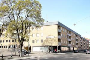 I det här huskvarteret på Köpmangatan ska lediga kontorslokaler förvandlas till en handfull små lägenheter. Det blir nya kök och badrum – och ett attraktivt läge.