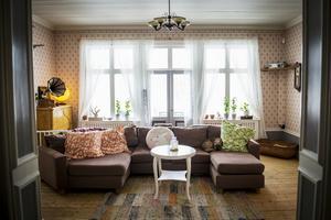 Soffan har placerats i mitten av rummet.