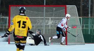 SIF Norrteljes Linus Nyblad-Ungh har precis lagt in bollen till 1–2 bakom Köpings målvakt strax innan halvtidsvilan.