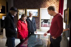 Peter Norberg jobbar som värd på Stenstan Visitor Center. På bilden visar och berättar han för gäster om Stenstans hus.