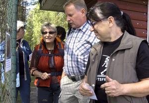Naturtipset. En tipspromenad var en av flera aktiviteter när Friluftsfrämjandet hade distriktsträff. Birgitta Johansson, Gunnar Axelsson och Birgitta Hallborg vid en av tipsfrågorna.