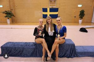 Tränaren Jennifer Pettersson tillsammans med Cassandra Pettersson (höger) och Alma Wikström. Cassandra vann alla fyra deltävlingar i Riksserien för andra året i rad.    Bild: ÖGK