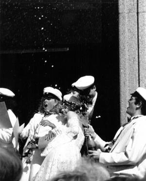 1990 var det strålande väder på studentdagen och det årets studenter firade glatt.