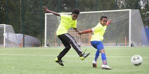 På måndagen deltog cirka 40 barn i fotbollsskolan, men Lena Wexén tror det blir fler på tisdag.