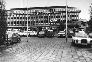 Bekant vy än i dag. Fronthuset mot Stora torget byggdes av Städernas Försäkringsbolag och var klart före Sigmahuset. Varuhusets tomt ägdes av Byggfackens Central AB, men Sigma byggdes på uppdrag av handlarna. Bilden är från 1967.