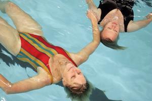 På slutet är det avslappning som gäller Elisabeth Engberg och Eva-Lotta Holmberg flyter runt i bassängen till lugn musik.