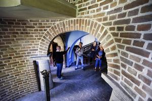 Valv och murar eggar fantasin. Mikael Eklöf guidar besökare. Foto: Anders Sjöberg