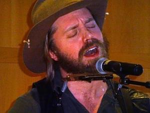 Vildmarkens son Andreas Nilsson fick publiken att känna att man befann sig på andra sidan Atlanten fast han sjöng på svenska.