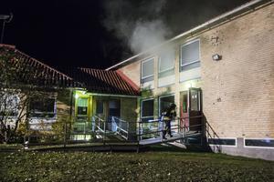 När brandmännen ankom till platsen begav sig två av dem in i den rökfyllda skolbyggnaden.