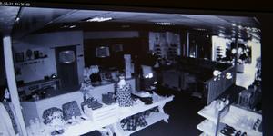 Bilden är hämtad från övervakningsfilmen på Kläddax köpcenter i Sollefteå. Bilden  anger också tiden för brottet och det ser man upp i vänstra hörnet.