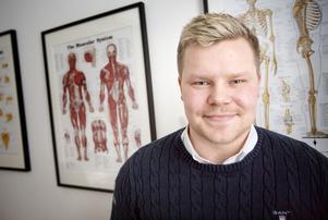 Daniel Høeg har norskt ursprung men är sedan sjuårsåldern uppvuxen i Södertälje. Han har tidigare varit ishockeyspelare i SSK och han har jobbat som naprapat både i Norge och i Sverige.
