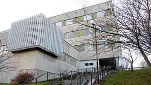 Sjukhusbyggnaden i Nynäshamn ser risig ut, men i den finns plats för flera kommunala verksamheter.