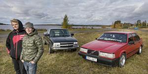 """Att köra epa-traktor, eller rättare sagt A-traktor är en populär företeelse. Felix Karlsson och Dennis Eriksson är ofta ute med sina fordon. """"Det är skönt att kunna åka vart man vill. Det är en frihetskänsla"""", säger Dennis Eriksson."""