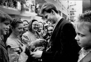 Nicklas Lidström skriver autografer i Gallerian efter VM-guldet 1991.