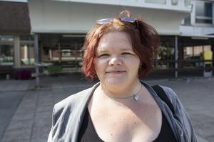 Johanna Persson är klar på jobbet för dagen och lämnar Östersunds sjukhus. Ännu en pressad dag mitt i sommaren är över. Nu ska hon hem till Stugun.
