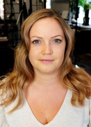 Angelicas hud passar utmärkt tillsammans med varmare blonda toner.