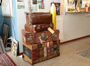 Väskor och koffertar dekorerar frisersalongen till vardags. Men används också i de revyer som Pia Möller-Andersen sätter upp.