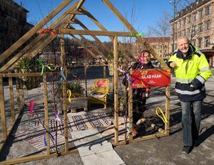 Alena Repko och Tomas Häggström vid växthuset ståendes på området Oasen. De två, tillsammans med Magnus Ydmark och Ulrica Sjöberg vill önska en glad påsk till Sundsvalls invånare.