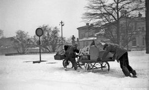 Tung transport till Örebro centralstation, 1945. Foto: Åke Ahlstrand