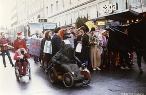 När elever 1981 firade att Risbergska skolan 10-årsjubilerade var det bland annat tomtar på plats. Fotograf okänd. (Bildkälla: Örebro stadsarkiv)