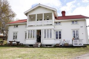Den stora vita villan var en gång i tiden gul.