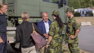 Morgan Johansson, inrikesminister tillsammans med hemvärnet, sin presssekreterare och räddningstjänstens stabschef Ulf Leijon.