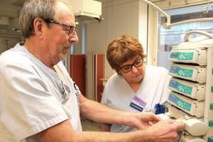 Intensivvården är medicintekniskt mycket avancerad. Arne Johansson och Lena Thilas Strand  har järnkoll på hur alla apparater fungerar.