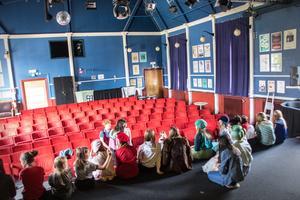 21 barn och ungdomar spelar i pjäsen.