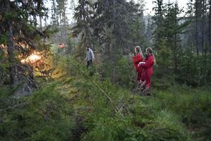 Arne Näsvall kallade det för väg. Hanna Olsson och Mia Lönegård möter eftersläckningsgruppen som kommer med fyrhjuling.