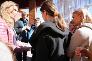 För- och grundskolenämndens ordförande Rose-Mari Bogg (C), när hon mötte demonstrerande högstadieelever före påsk. Eleverna strejkade och demonstrerade mot nedskärningarna i skolan. Arkivbild.