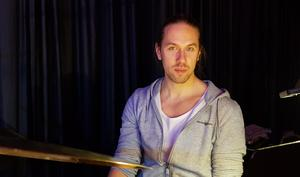 Filip Fjällström, själv jazztrummis, är kulturproducent på Södertälje kommun och har tagit initiativ till fyra jazzkvällar på Scandic Skogshöjd.