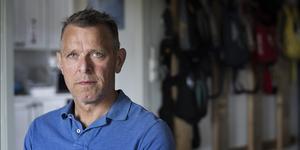 Johan Hellström från Sala är chefsinstruktör för Umeås Fallskärmsklubb. Under tisdagen gjorde han ett fallskärmshopp till minne av de nio som miste livet i olyckan som inträffade i mitten av juli. Foto: TT