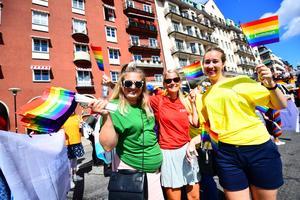 Kommunens medarbetare bar tröjor i Prideflaggans alla färger. Foto: Pontus Orre