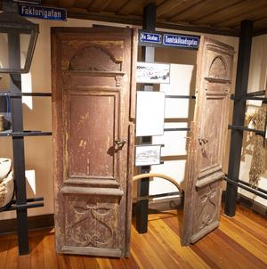Det enda som finns kvar av handelshuset mitt emot museet är de här pardörrarna.