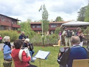 Från Byalagets innergård ser vi spelmän från både Tiljans Spelmän och Jämtbälgen i aktion under nationaldagen den 6 juni. Foto: Åke Bengtzon