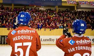 Jocke Hedqvist och Pär Törnberg tar emot publikens jubel efter den högdramatiska semifinalsegern hemma mot Västerås under slutspelet 2008. Det sista året i Edsbyns guldsvit. Foto: Martin Henriksson