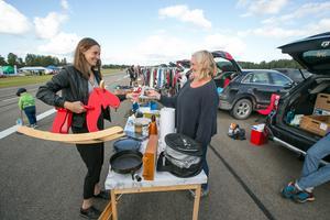 Med en sedel bytte gungälgen ägare från Karin Hurtigh till Sanna Andersson, eller rättare sagt till hennes son Lucas som i bakgrunden testade en ljusblå dockvagn.