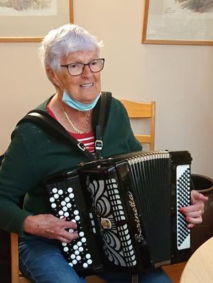 Sonja Ramström förgyllde Agnes 109- årsfest med sång och musik.