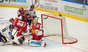 Moras målvakt Isak Wallin släpper in ett mål i lördagens match mot BIK Karlskoga.