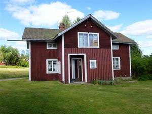 Gammal gård med anor från 1800-tal, Bältargården. Helt att betrakta som ett totalrenoveringsobjekt. Foto: Ragge Valin.