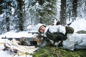 Under helgen pågår en stor hemvärnsövning i Graninge utanför Sollefteå. Full aktivitet råder i skogarna, hela 200 soldater deltar i de fiktiva stridigheterna. Rickard Björk på bilden har varit med i hemvärnet i snart fyra år, och stortrivs.