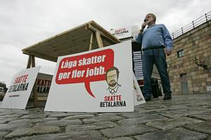 Skattetrycket i Sverige var högt och många jobbade för att sänka det. Nu skatterna började sänkas, började välfärden knaka.