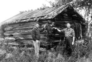 Gimdalens förmodligen äldsta byggnad menade ÖP att detta var i en artikel om fäbodlivet 1979. Den timrade ladan som Egon Lundberg och Birger Winberg stod framför uppfördes 1752.