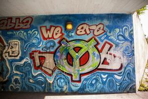 Färgsättningen och stilen på målningen i Norslund är typiskt för 90-talets graffiti.