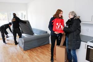 Jenny Glumoff från Sandvikenhus ger en inflyttningspresent till Marianne Engström.