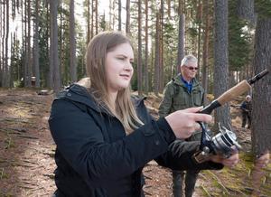 Fagersta-Postens reporter Mimmi Sundberg får en lektion i kastspö av ordförande Kenneth Andersson.