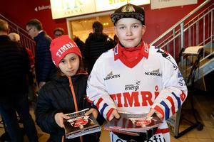 Lemmy Jakobsson och Edwin Södergren sålde matchprogram.