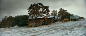 """Kallt vitt vinterdis sveper in fattig turkisk bergsby. Bodil Juggas älskar fotot i  den turkiska filmen  """"Det vildväxande päronträdet""""."""